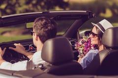 Richten Sie hintere Ansicht des sorglosen netten Fahrerehemanns, Damenfrau wi auf Lizenzfreie Stockfotografie
