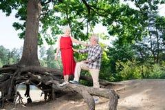 Richtende gelukkige teruggetrokken vrouw en echtgenoot het besteden vrije tijd in aard stock afbeeldingen