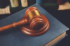 Richter auf Buch lizenzfreie stockbilder