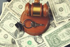 Richter auf Geld mit Schlüssel lizenzfreies stockfoto