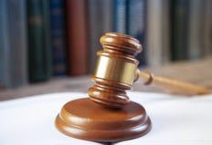 Richter auf offenen Büchern lizenzfreies stockfoto