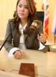 Richter, der den Hammer (Fokus, schlägt auf Hammer) Stockfoto