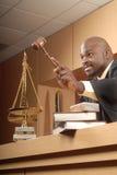 Richter, der eine Richtlinie aufstellt Stockfoto