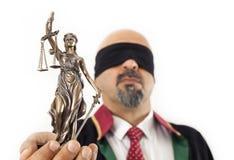 Richter, der Statue hält Lizenzfreies Stockfoto