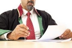 Richter, der an Tabelle arbeitet Lizenzfreie Stockfotografie