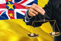 Richter hält goldene Skalen von Gerechtigkeit mit wellenartig bewegendem Flaggenhintergrund Niues Gleichheitsthema und Rechtsauff lizenzfreie abbildung