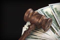 Richter Hammer oder Hammer mit Geld-Haufen auf schwarzem Hintergrund Stockbild