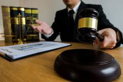 Richter mit Hammer auf Tabelle Rechtsanwalt, Gerichtsrichter, Tribunal und Gerechtigkeitskonzept lizenzfreie stockbilder