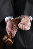 Richter mit Hammer in den Handschellen Lizenzfreie Stockfotos