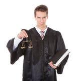 Richter mit Skalen und Buch Lizenzfreie Stockbilder
