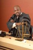 Richter an seinem Schreibtisch stockfotografie
