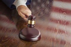 Richter Slams Gavel und Tabellen-Reflexion der amerikanischen Flagge Lizenzfreies Stockfoto