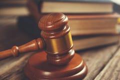 Richter und Bücher lizenzfreies stockbild