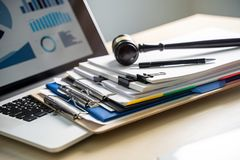 Richter und Dokumente auf Schreibtisch Gesetzgebung lizenzfreie stockfotografie