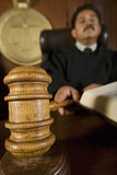 Richter-Using Gavel In-Gerichtssaal stockfotos