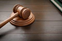 Richterhammer auf Braun lackiertem hölzernem Schreibtisch Lizenzfreie Stockfotos