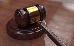 Richterhammer auf dem braunen hölzernen Hintergrund Lizenzfreie Stockbilder