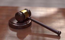 Richterhammer auf dem braunen hölzernen Hintergrund Lizenzfreies Stockbild