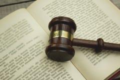 Richterhammer auf offenem Buch lizenzfreie stockfotografie