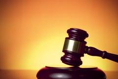 Richterhammer auf orange Hintergrund stockfoto