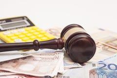 Richterhammer, Eurobanknoten und Taschenrechner Stockfoto