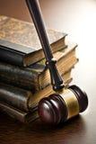 Richterhammer mit alten Büchern Stockfotos