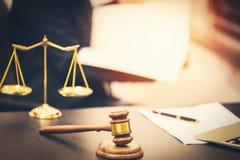 Richterhammer mit Gesetzbuch auf Holztisch stockfotos