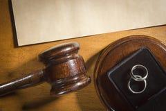 Richterhammer und -Eheringe stockbild