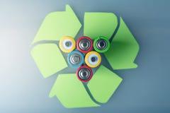 Richtige Beseitigung der toxischer Substanz zur Bodenumwelt und -batterien Wiederverwertung von schädlichen Stoffen für ökologisc lizenzfreie stockbilder