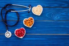 Richtige Nahrung für pathients mit Herzkrankheit Cholesterin verringern Diät Hafermehl, Granatapfel, Mandel im Herzen formte lizenzfreie stockfotografie