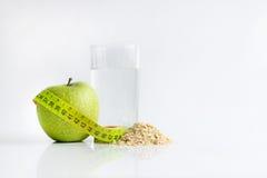 Richtige Nahrung Grüner Apfel und Maßband Stockfotografie