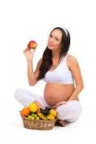 Richtige Nahrung während der Schwangerschaft Vitamine und Frucht Schwangere Frauen, die Apfel essen Stockfotos