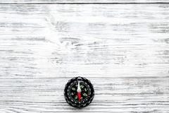 Richting van beweging Kompas op de grijze houten ruimte van het achtergrond hoogste meningsexemplaar stock afbeelding