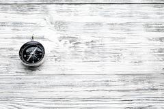 Richting van beweging Kompas op de grijze houten ruimte van het achtergrond hoogste meningsexemplaar stock foto's