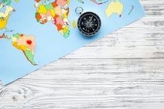 Richting van beweging, reisrichting Kompas en kaart op de grijze houten ruimte van het achtergrond hoogste meningsexemplaar royalty-vrije stock foto's