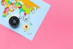 Richting van beweging, reisrichting Kompas en kaart op de roze ruimte van het achtergrond hoogste meningsexemplaar royalty-vrije stock afbeelding