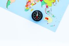 Richting van beweging, reisrichting Kompas en kaart op de witte ruimte van het achtergrond hoogste meningsexemplaar stock afbeelding
