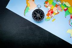 Richting van beweging, reisrichting Kompas en kaart op de zwarte ruimte van het achtergrond hoogste meningsexemplaar stock foto's