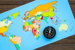 Richting van beweging, reisrichting Kompas en kaart op houten hoogste mening als achtergrond royalty-vrije stock foto