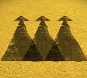 Richting van de weg de Drievoudige pijl met Gele vloerachtergrond Met C Royalty-vrije Stock Foto