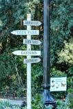 Richting voorziet door een lantaarnpaal in het park van wegwijzers Royalty-vrije Stock Afbeelding