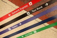 Richtingslijnen op station Stock Foto's