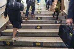 Richtingspijlen op stappen op de metro van Tokyo met forenzen, Tokyo royalty-vrije stock afbeelding