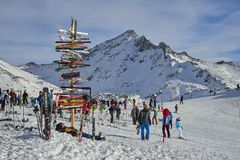 Richtingsteken bij skitoevlucht in de Oostenrijkse Alpen, Ischgl Stock Foto