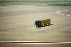 Richtingstekens op een luchthaventaxibaan stock afbeeldingen