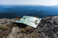 Richtlijn ter plaatse Toeristenkaart en kompas stock afbeelding