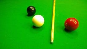 Richtsnoer, zwarte, rode en witte bal om snooker op de lijst te spelen royalty-vrije stock fotografie