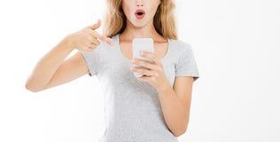 Richtte de portret moderne sexy vrouw op smartphone, ziend slecht nieuws of foto's met overweldigde emotie op gezichts open mond, stock fotografie