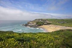 In Richtung der Kirchen-Bucht blicken, Cornwall, England Stockbild