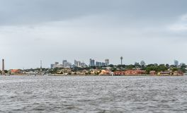 In Richtung im Stadtzentrum gelegenen Sydneys von Parramatta-Fluss blicken, Australien stockfoto